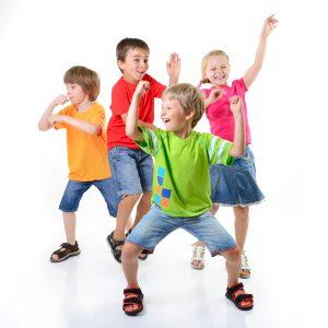 5d4d0771b428 niños bailando felices. Encontrarás coreografías ...