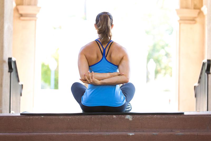 Este estiramiento rápido y fácil se puede realizar sentado o de pie. Simple  de realizar 555884ff7e1d