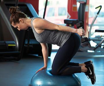 Rutina de entrenamiento de brazos y abdomen para mujeres